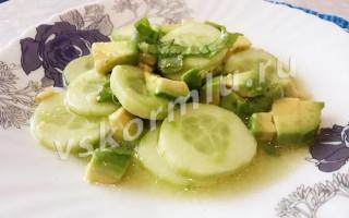 Какой вкусный и полезный салат можно приготовить для кормящей мамы?