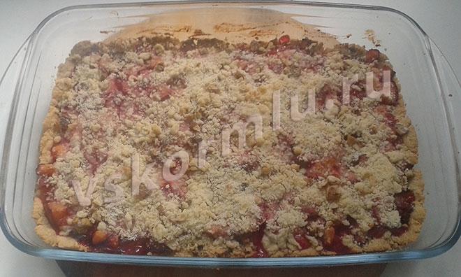 Сливлвый пирог с грецкими орехами готов