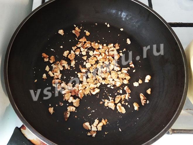 Грецкие орехи на сковороде.
