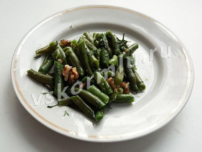 Салат из стручковой фасоли с грецкими орехами для кормящей мамы