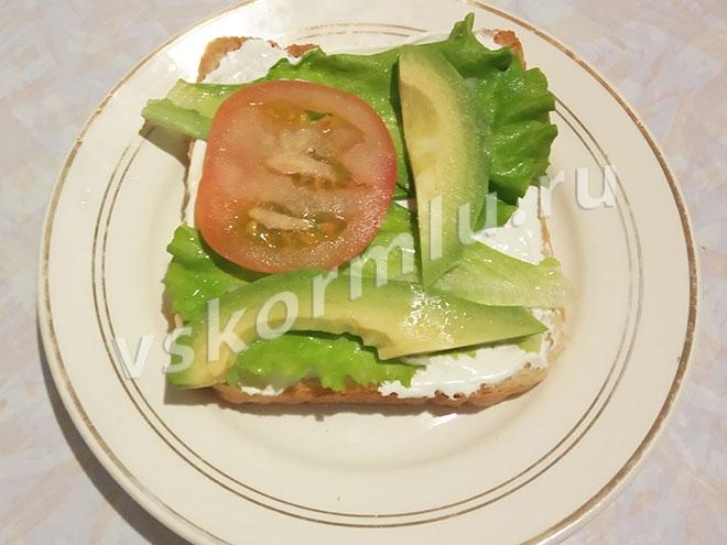 Помидор и авокадо на бутерброде