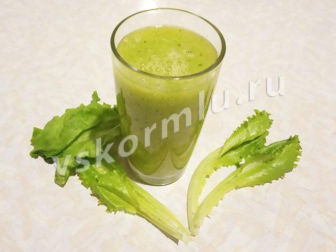 Зеленый коктейль из манго и листового салата