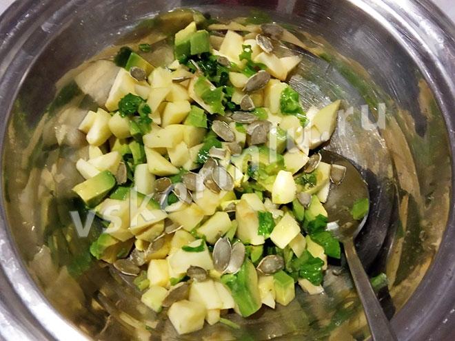 Все компоненты салата перемешаны и готовы к употреблению