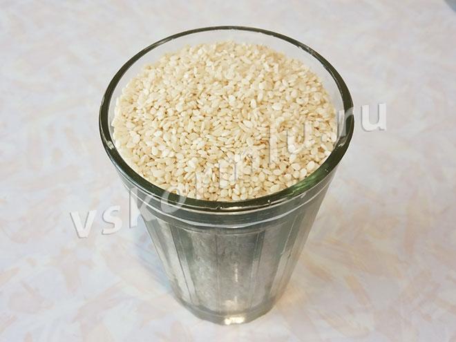 Граненый стакан с семенами белого кунжута