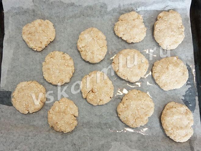 Отщипывайте от теста одинаковые кусочки и формируйте печенье желаемой формы.