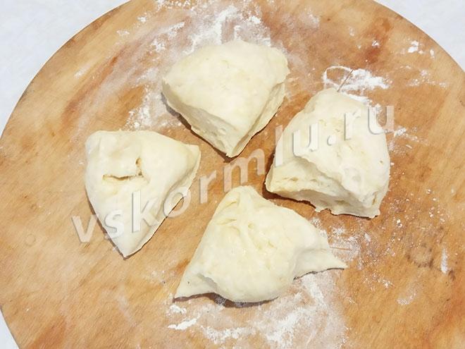 Я делю тесто на 4 части для того, чтобы было легче его раскатывать