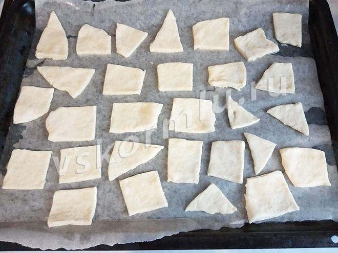 Противень застелила пергаментной бумагой и смазала растительным маслом чтобы крекеры совершенно точно не прилипли