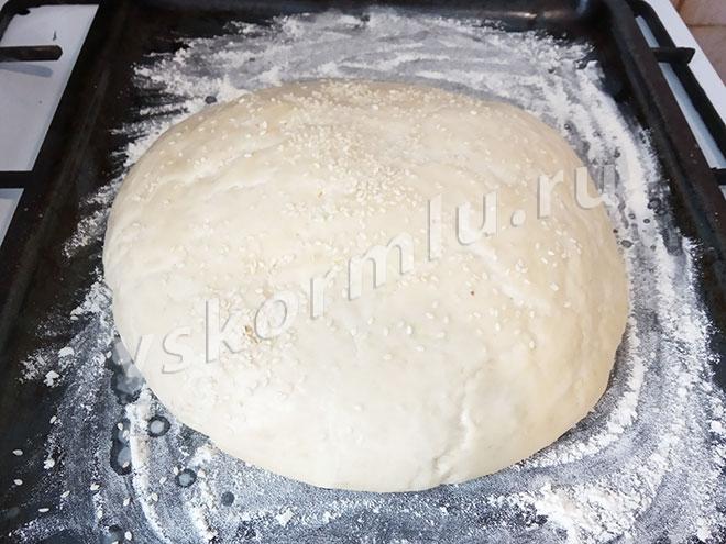 Смазывать хлеб нужно для того, чтобы кунжут с него не осыпался