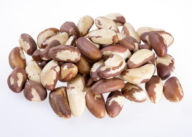 Бразильский орех однозначно будет полезен кормящей маме как минимум потому, что он способствует улучшению лактации и повышает питательность грудного молока