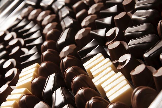 Молочный шоколад более предпочтителен для кормящей мамы, чем другие виды шоколада так как в нем содержится меньше кофеина