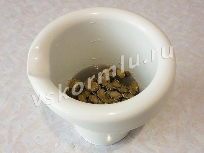 Удобно замачивать тыквенные семечки сразу в емкости, в которой будет удобно измельчать их блендером