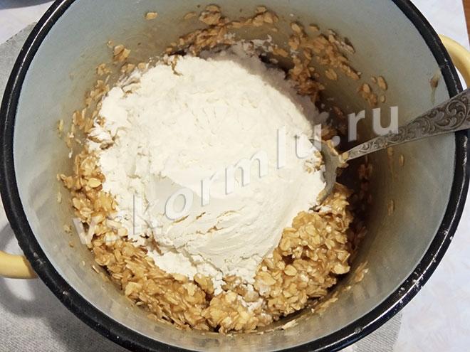 Муку лучше добавляйте постепенно и замешивайте тесто