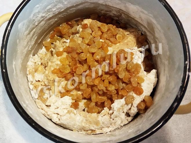 Изюм откиньте на ситечко или дуршлаг и добавьте в тесто