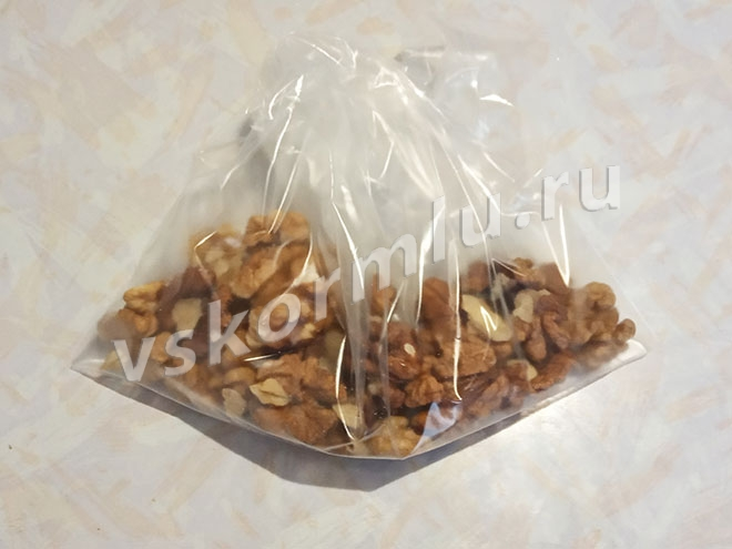 Предварительно очистите орехи от скорлупы и другого несъедобного мусора