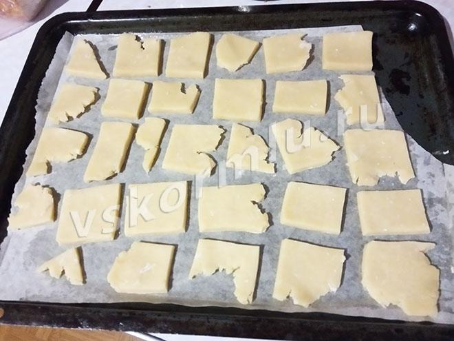 Положите подготовленное сахарное печенье на противень.