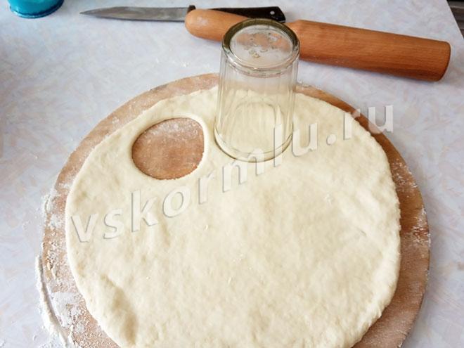 Вырезаем печенье стаканом