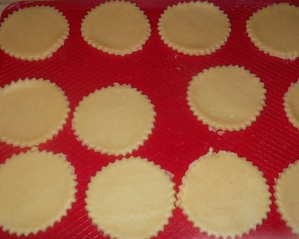 Раскатайте тесто достаточно тонко и вырежьте печенье любой формы