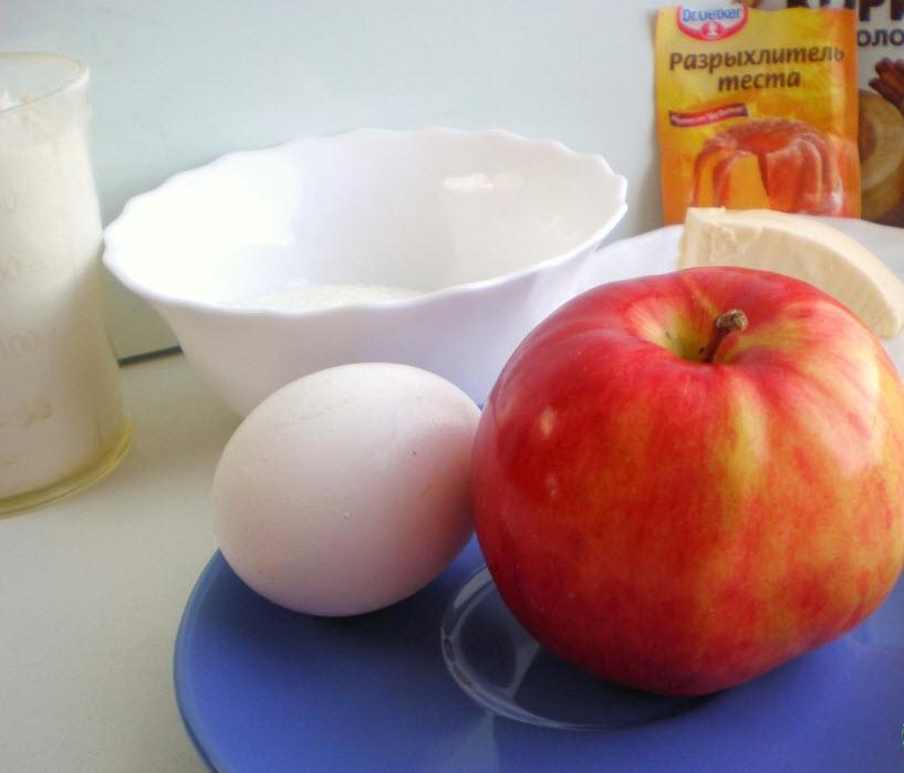 Просто вводим в тесто все ингредиенты в указанном порядке и замешиваем густое тесто