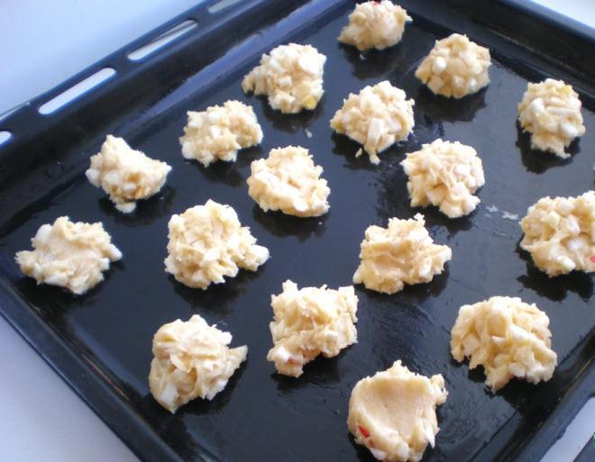 Ложкой выкладывайте тесто на смазанный маслом противень