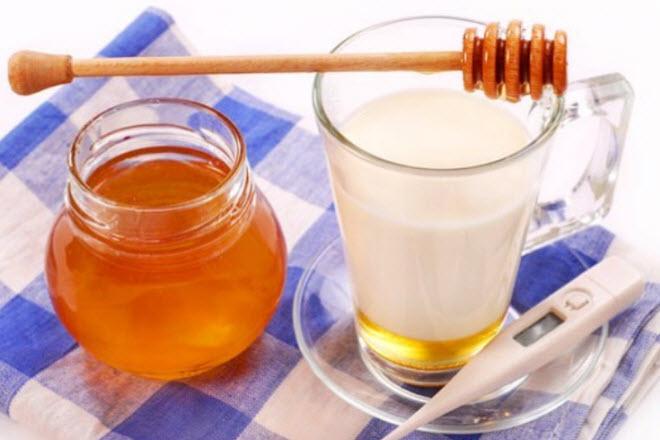 Если у мамы при грудном вскармливании температура, то поможет такое натуральное средство, как мед с молоком и содой