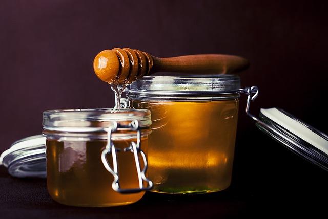 Мед кормящей маме надо вводить в рацион очень осторожно так как у грудничка велика вероятность возникновения аллергии на составляющие