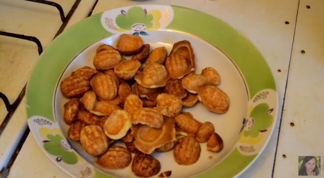 Выньте из формы готовое печенье и выпекайте следующую партию