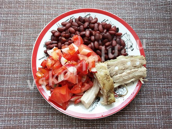 Мой ужин: салат свежий, фасолька и кусок мяса