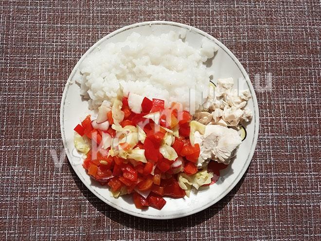 Мой обед на шестой день программы очистки организма: вареная курица, салат из свежих овощей и рис