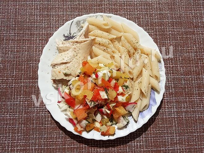 Обед: вареная курица, макароны и салат из свежих овощей