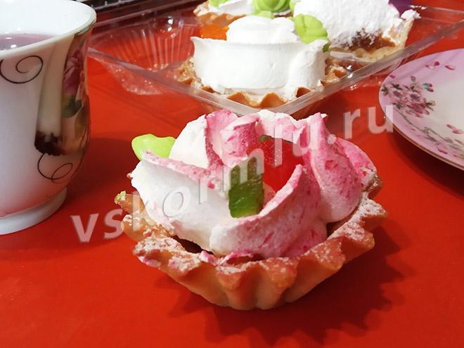 При грудном вскармливании можно съесть пирожное с натуральным составом без явных аллергенов