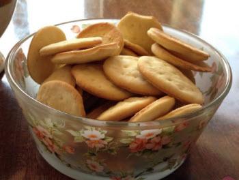 Галетное печенье - лучший вариант выпечки, разрешенной в первый месяц после рождения малыша